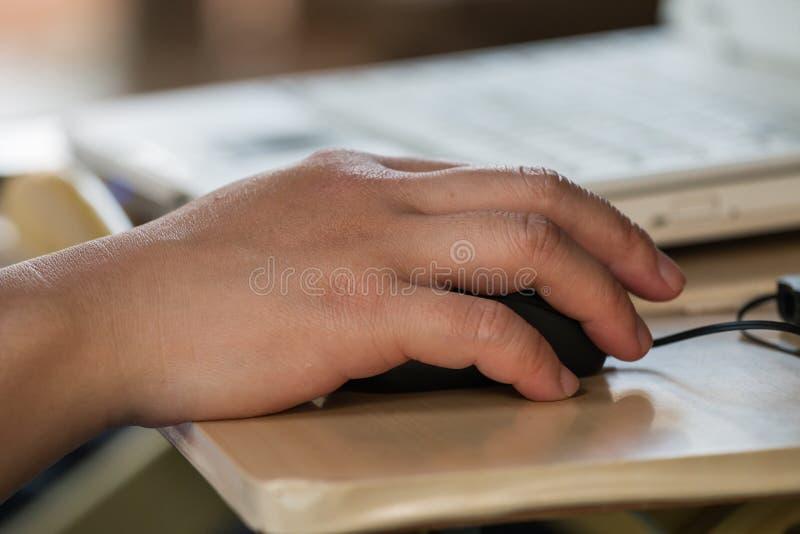 Mannelijke de computermuis van de handholding stock foto