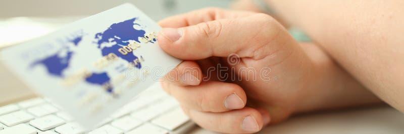 Mannelijke de greep witte plastic kaart van de handzakenman royalty-vrije stock afbeelding