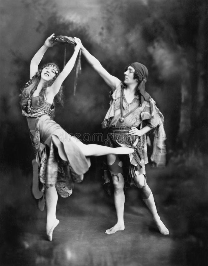 Mannelijke en vrouwelijke balletdansers die in kostuum presteren (Alle afgeschilderde personen leven niet langer en geen landgoed royalty-vrije stock fotografie