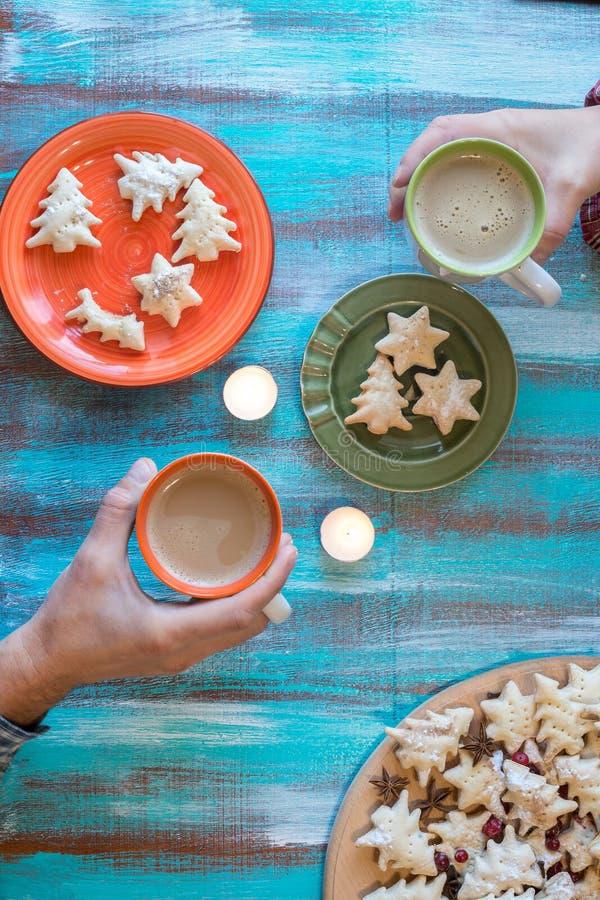Mannelijke en vrouwelijke handen die koppen van koffie houden royalty-vrije stock afbeelding