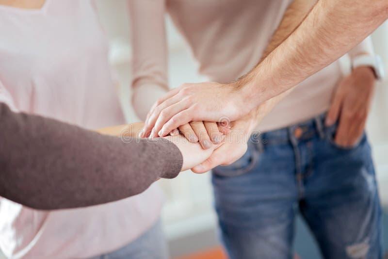 Mannelijke en vrouwelijke handen die samenbrengen stock foto's