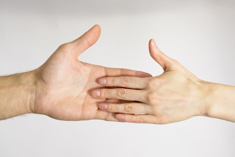 Mannelijke en vrouwelijke handen wat betreft stock afbeelding
