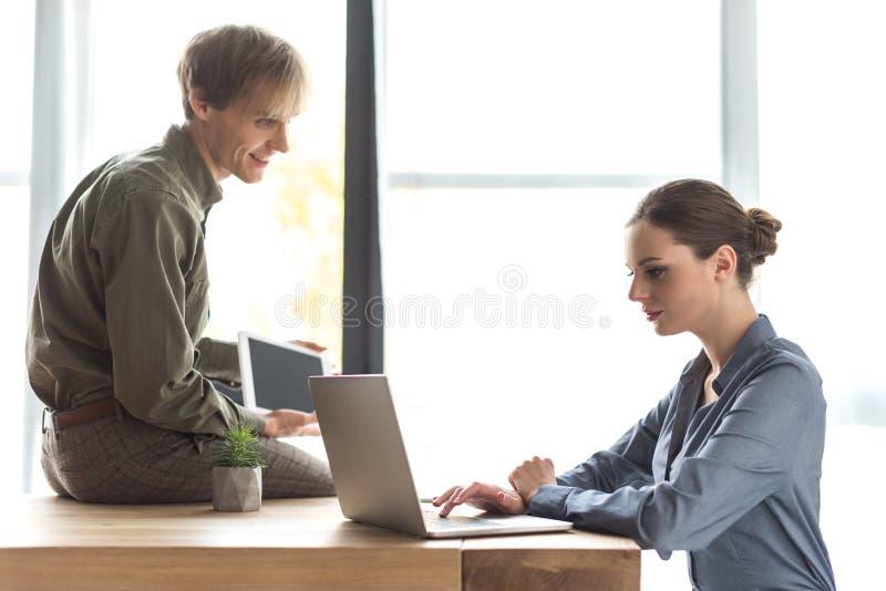 Mannelijke en vrouwelijke partners stock foto
