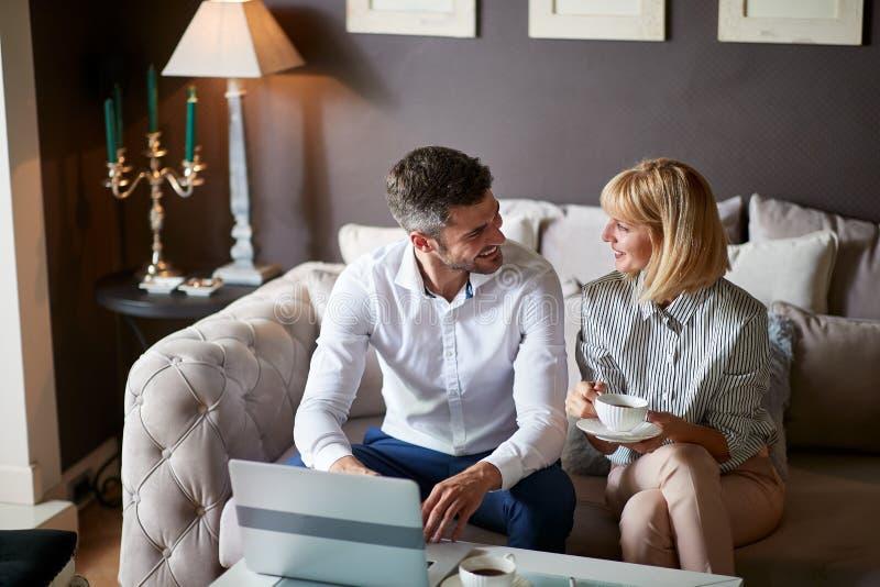 Mannelijke en vrouwelijke partners in het bedrijfs spreken stock foto's
