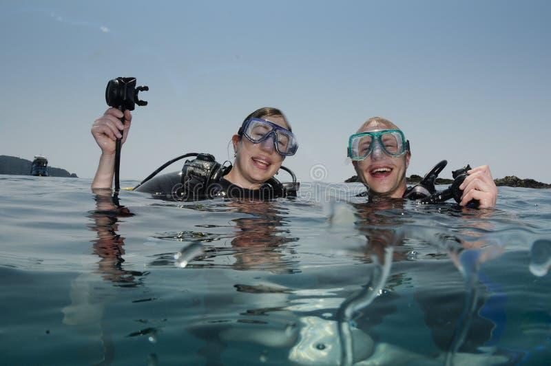 Mannelijke en vrouwelijke scuba-duikers stock foto
