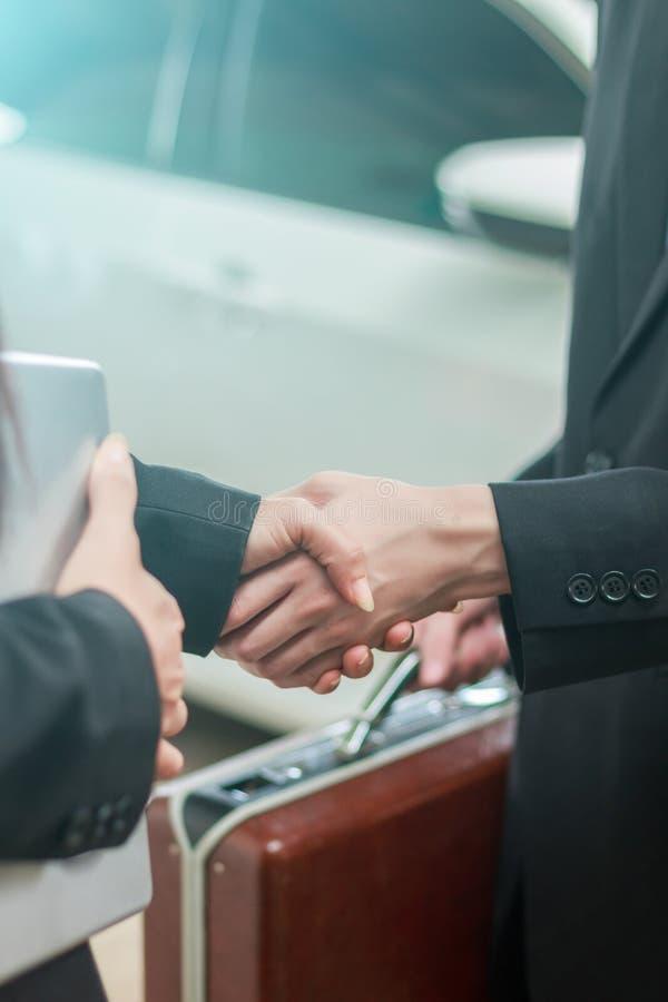 Mannelijke en vrouwelijke zakenlieden die handen schudden stock foto's