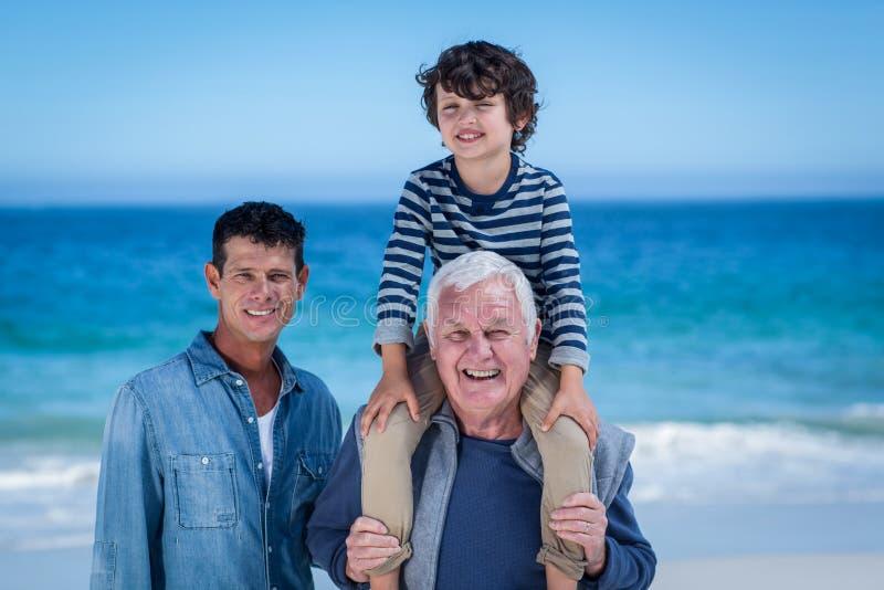 Mannelijke familieleden die bij het strand spelen royalty-vrije stock foto's