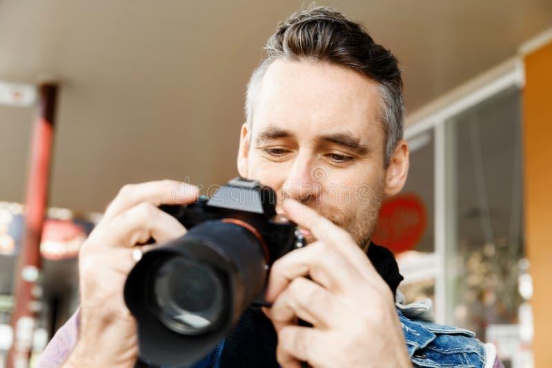 Mannelijke fotograaf die beeld nemen royalty-vrije stock fotografie