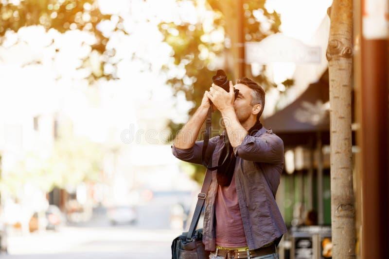 Mannelijke fotograaf die beeld nemen royalty-vrije stock foto
