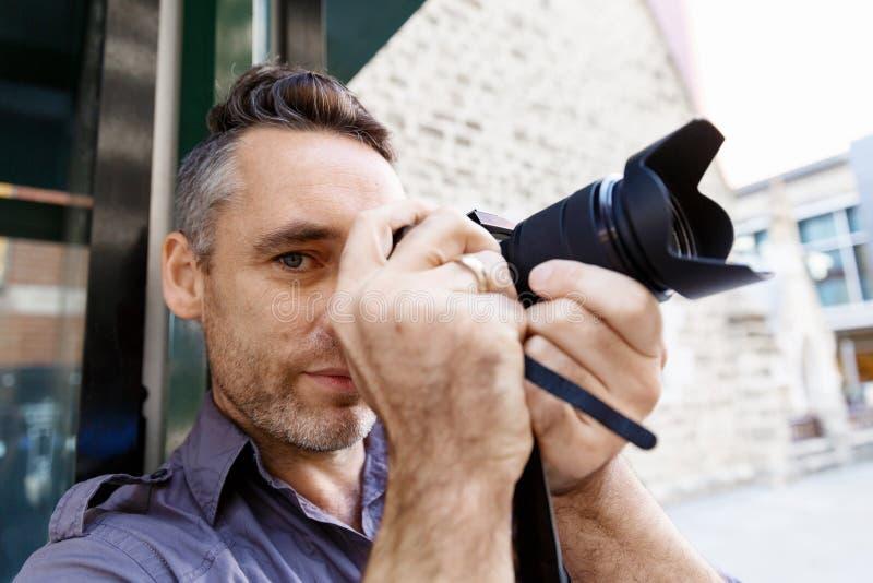 Mannelijke fotograaf die beeld nemen stock fotografie