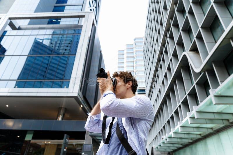 Mannelijke fotograaf die beeld nemen stock foto