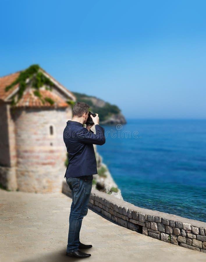 Mannelijke fotograaf die beeld van overzeese kust nemen royalty-vrije stock foto