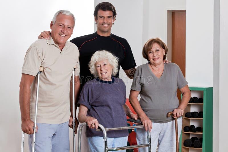 Mannelijke Fysiotherapeut met Patiënt stock foto's