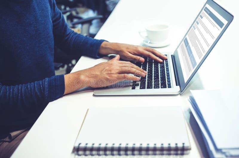 Mannelijke gebruikende computerlaptop in bureau royalty-vrije stock afbeelding