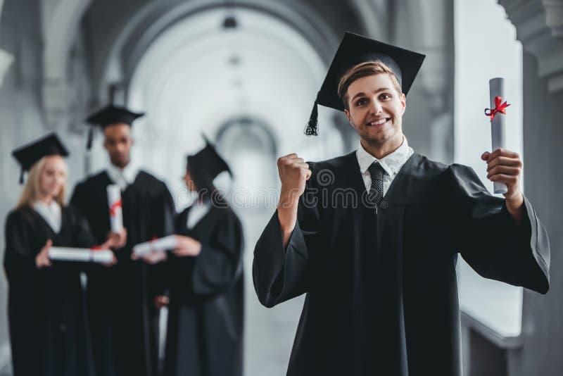Mannelijke gediplomeerde op universiteit royalty-vrije stock foto's