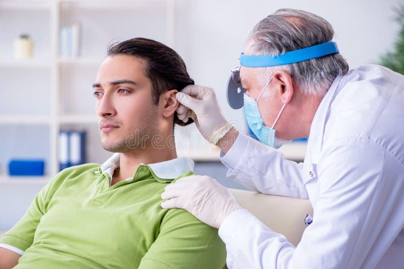 Mannelijke geduldige bezoekende artsenotolaryngoloog stock afbeeldingen