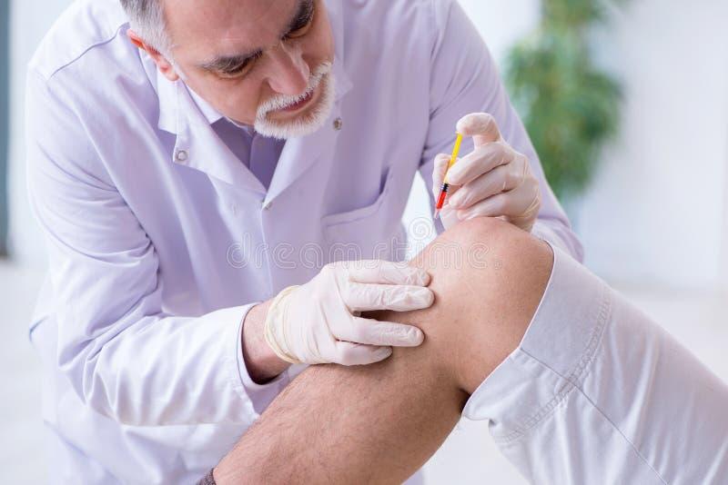 Mannelijke geduldige visitng arts voor geschotene inenting stock fotografie