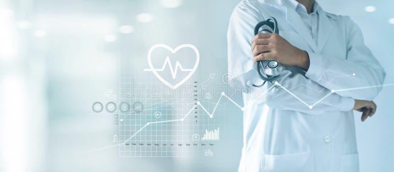 Mannelijke geneeskunde arts met stethoscoop in hand status vol vertrouwen op het ziekenhuisachtergrond royalty-vrije stock foto's