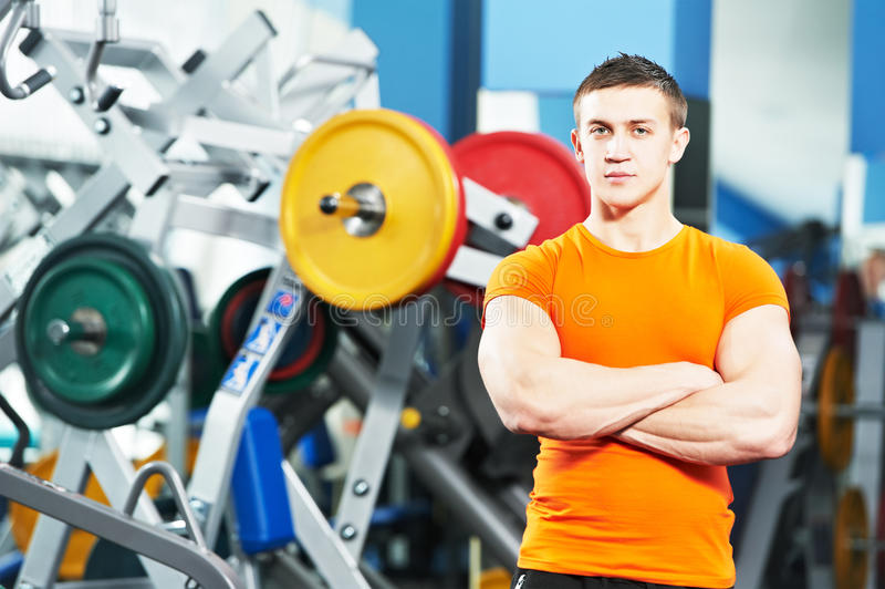 Mannelijke geschiktheidstrainer bij gymnastiek stock fotografie