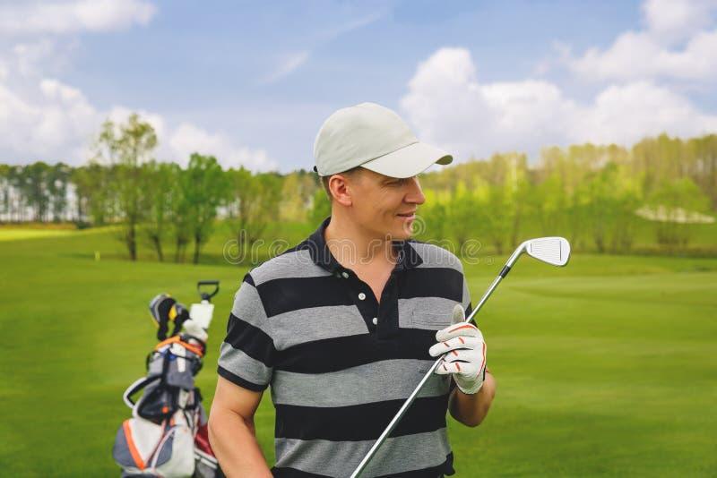 Mannelijke golfspeler die zich bij fairway op golfcursus bevinden stock foto