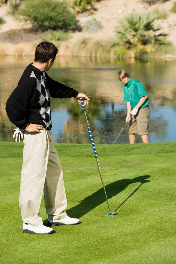 Mannelijke Golfspeler die Zijn Concurrent bekijken royalty-vrije stock afbeeldingen