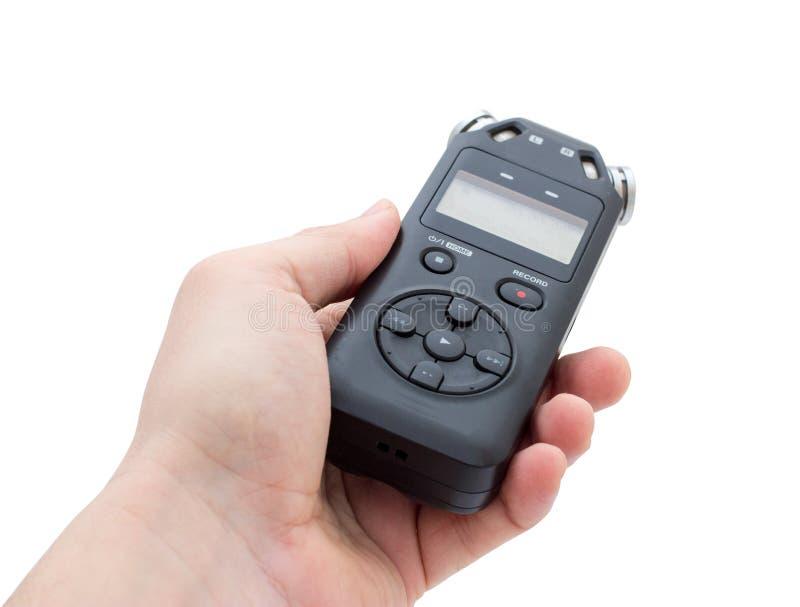 Mannelijke hand die Audioregistreertoestel houden die voor het documenteren van geluid gebruiken stock fotografie