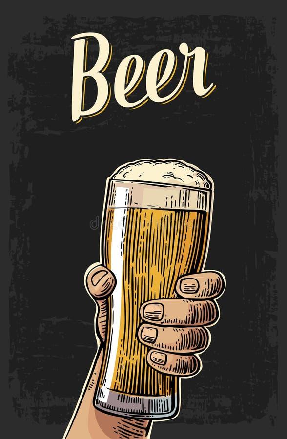 Mannelijke hand die een biermok houden Uitstekende vectorgravureillustratie voor Web, affiche, uitnodiging aan bierpartij - tijd  stock illustratie