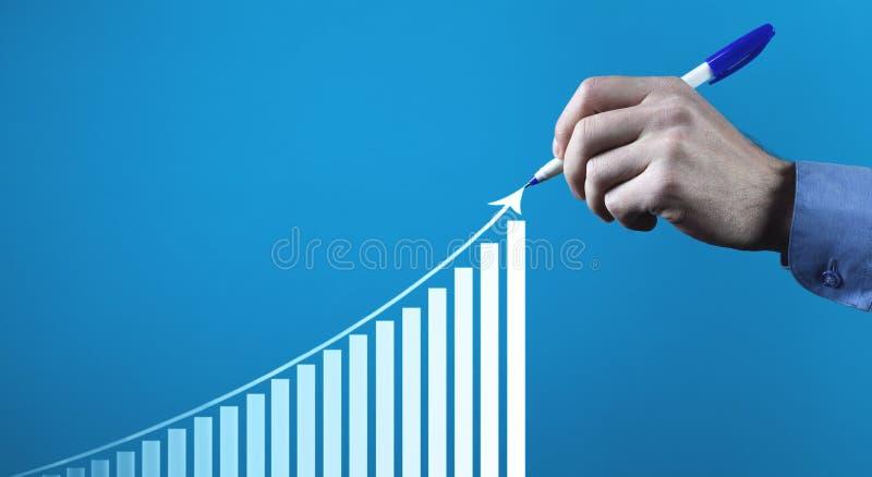 Mannelijke hand die financiële de groeigrafiek trekken Het Concept van de investering royalty-vrije stock foto's