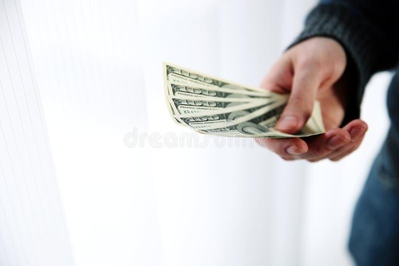 Mannelijke hand die geld geven royalty-vrije stock fotografie