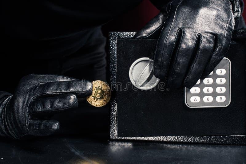 Mannelijke hand die gouden bitcoin stelen royalty-vrije stock foto
