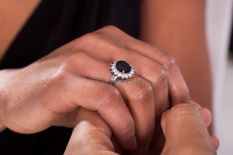 Mannelijke Hand die Ring Into opnemen een Vinger royalty-vrije stock afbeelding