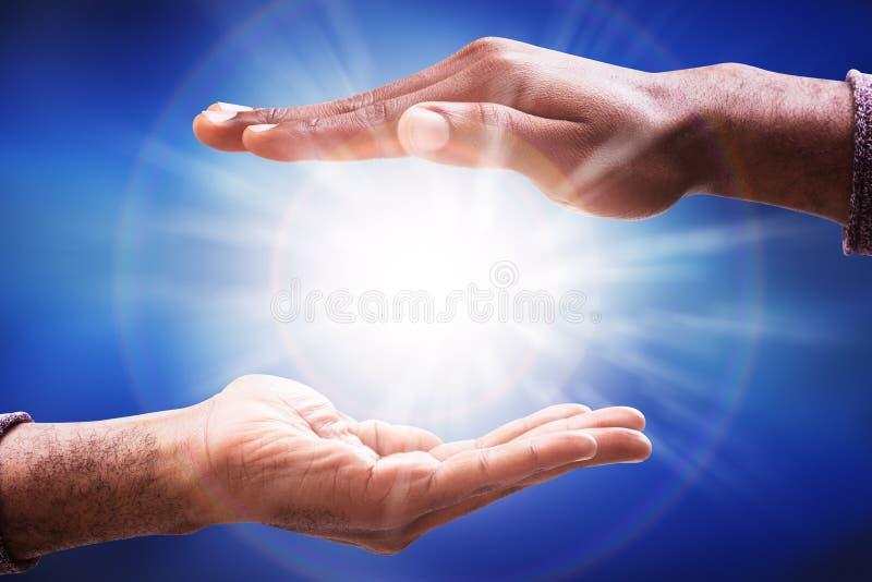 Mannelijke Hand die Zonlichtgloed verzamelen royalty-vrije stock foto