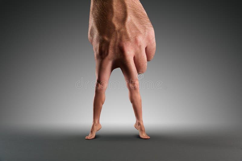 Mannelijke hand met benen royalty-vrije stock foto