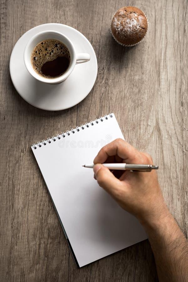 Mannelijke hand met pen op leeg document royalty-vrije stock foto's