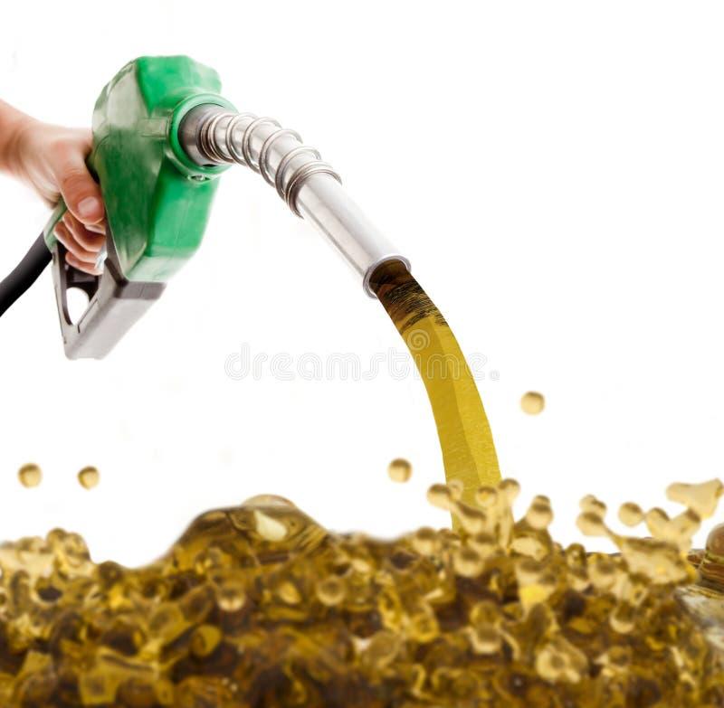Mannelijke hand pompende benzine in een tank stock afbeelding