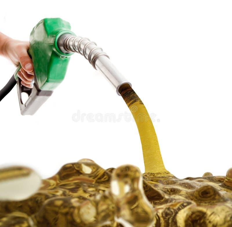 Mannelijke hand pompende benzine in een tank royalty-vrije stock foto's