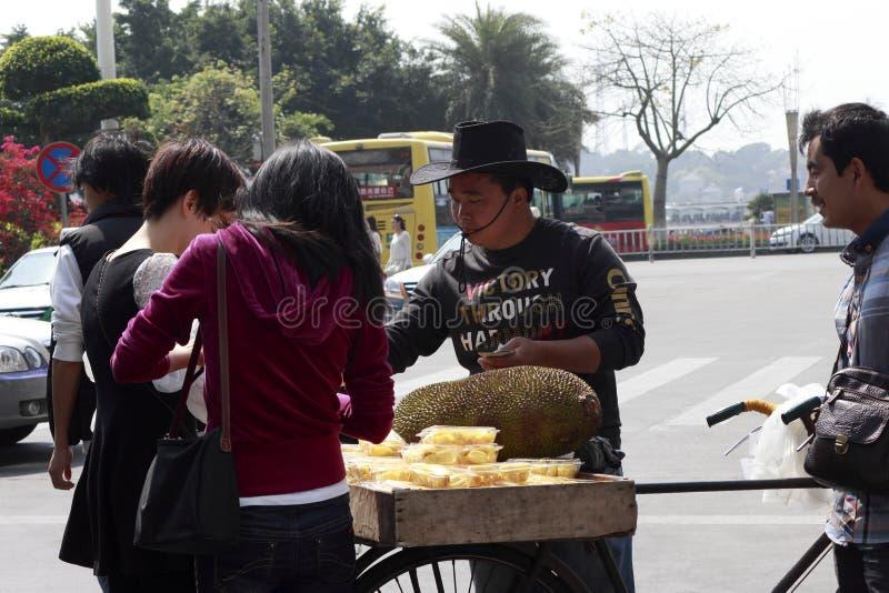 Mannelijke handelaren die jackfruit verkopen stock foto's