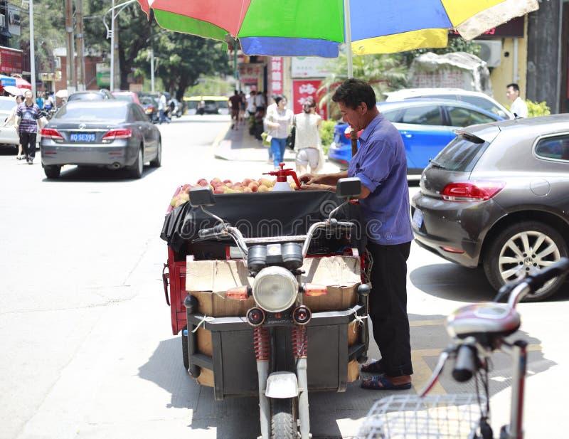 Mannelijke handelaren die perzik verkopen royalty-vrije stock foto