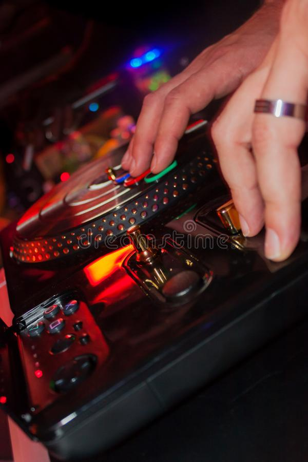 Mannelijke handen die DJ met stuk speelgoed draaischijf op een partij spelen royalty-vrije stock afbeelding