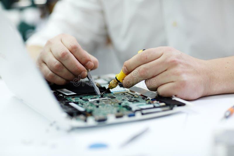 Mannelijke Handen die Laptop herstellen royalty-vrije stock afbeeldingen