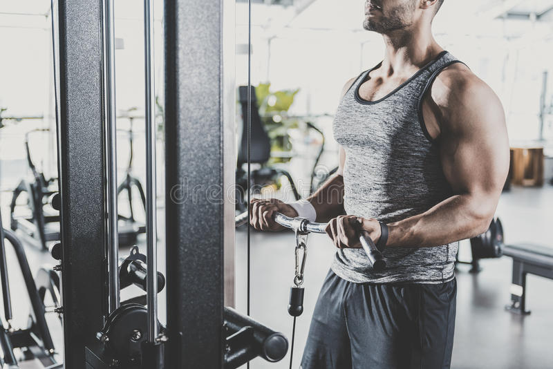 Mannelijke handen die op triceps in gymnastiek uitoefenen stock fotografie
