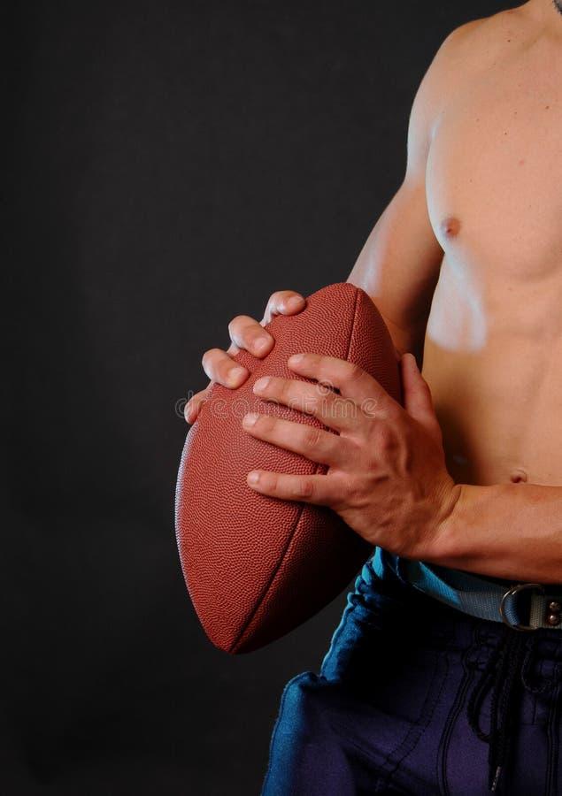 Mannelijke handen die voetbal houden royalty-vrije stock foto's
