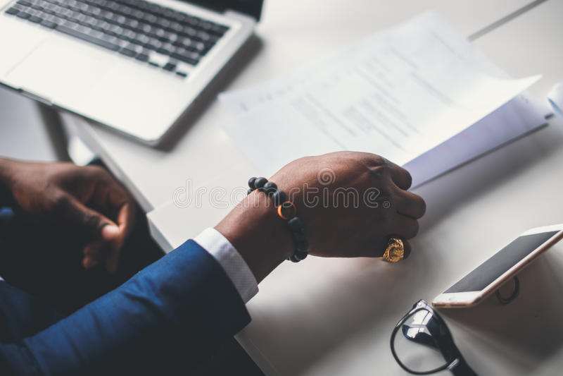 Mannelijke handen met pen over document royalty-vrije stock foto
