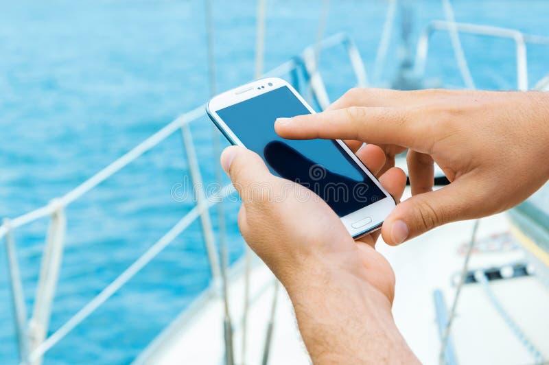 Mannelijke handen met smartphone stock fotografie