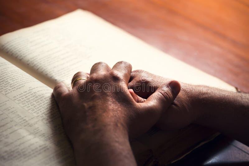 Mannelijke handen op Bijbel stock fotografie
