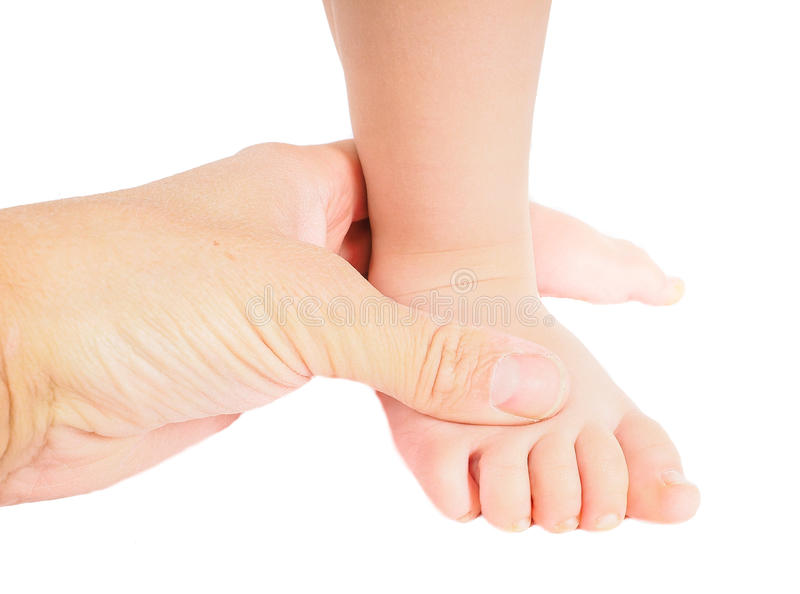 Mannelijke handholding stevig rond een voet van geïsoleerde peuter stock fotografie