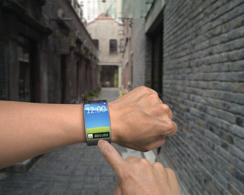 Mannelijke handslijtage iwatch met vinger wat betreft het kleurrijke scherm royalty-vrije stock afbeelding