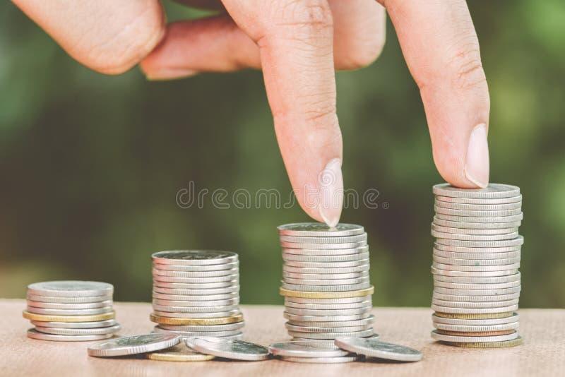 Mannelijke handstappen op geldmuntstuk zoals stapel groeiende zaken stock foto