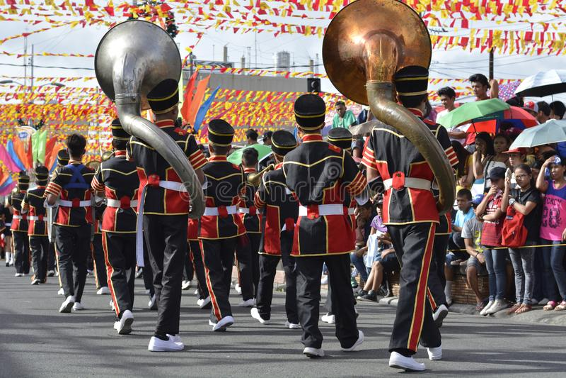 Mannelijke het spel bashoorn van het bandlid op straat tijdens de jaarlijkse fanfarekorpstentoonstelling stock afbeeldingen