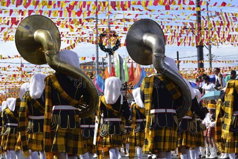 Mannelijke het spel bashoorn van het bandlid op straat tijdens de jaarlijkse fanfarekorpstentoonstelling royalty-vrije stock foto's